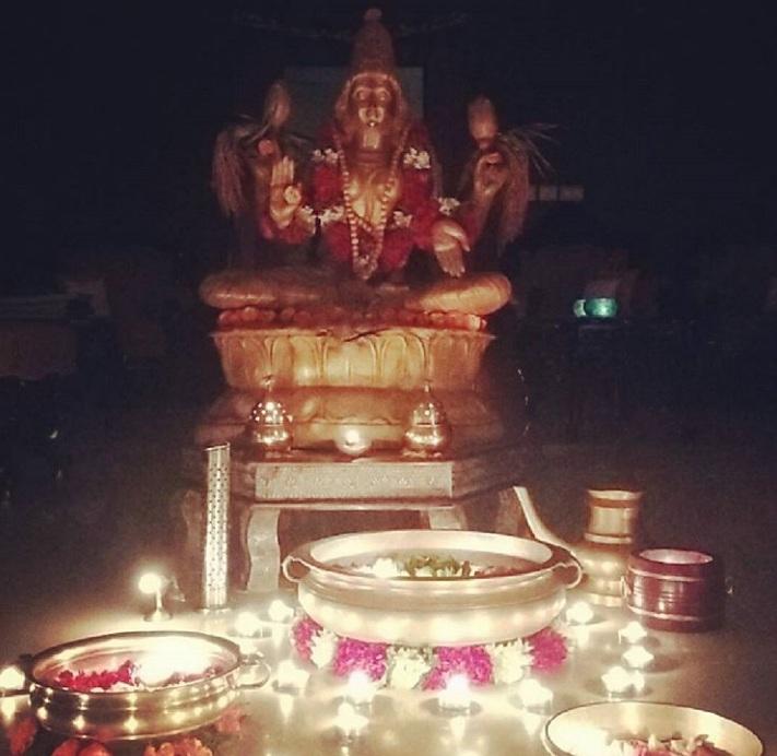शुक्रवार के दिन मां वैभव लक्ष्मी की पूजा अर्चना और व्रत करने से मनोवांछित फल की प्राप्ति होती है.