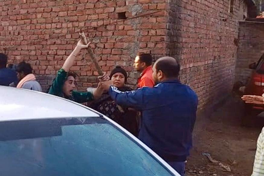 पुलिस से भिड़ता नशा तस्कर का परिवार.