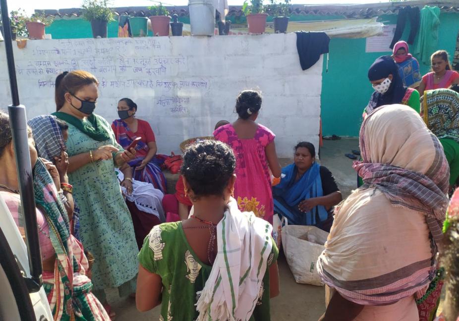 chhattisgarh news, cg news, raipur news, corona virus latest update, covid 19 latest news, kinnar helped people in raipur, corona cases in chhattisgarh, छत्तीसगढ़ न्यूज, रायपुर न्यूज, कोरोना वायरस, कोरोना वायरस मरीज, छत्तीसगढ़ में कोरोना वायरस के नए मरीज, रायपुर में किन्नरों ने की लोगों की मदद