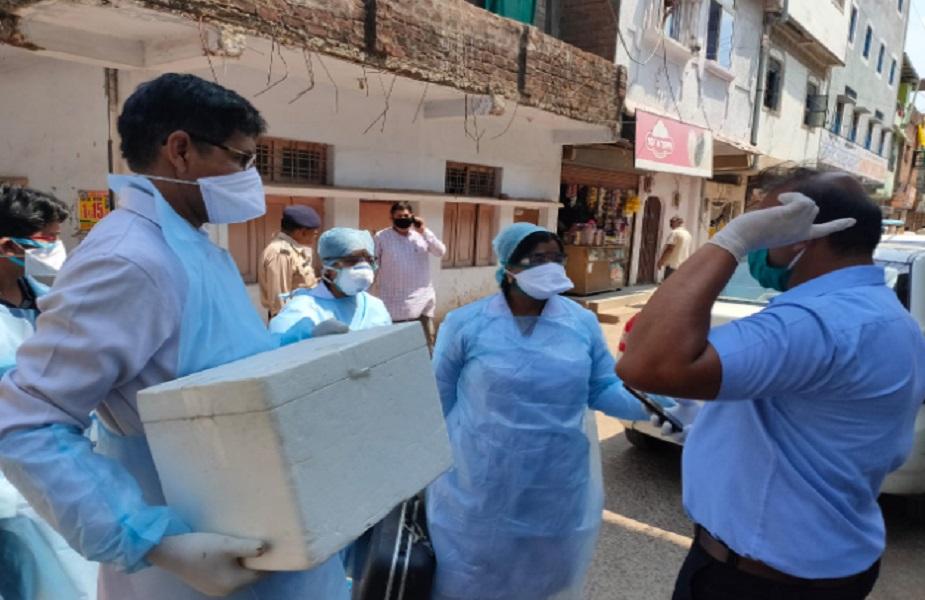 महाराष्ट्र में अब तक 1297 लोग संक्रमित हो चुके हैं. इनमें 81 लोगों की मौत हो चुकी है.