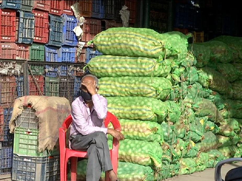lockdown impact on fruits, vegetables 6, देहरादून की सब्जी मंडी में फलों के दाम रिटेल में बिकने वाले फलों से काफ़ी कम हैं. सब्जी मंडी में अंगूर 30 से 35 रुपये किलो, संतरा 30 रुपये किलो, सेब 50 से 80 रुपये किलो और केला 30 रुपये दर्जन बिक रहा है लेकिन रिटेल में यह सब दोगुने दामों पर बिक रहे हैं.