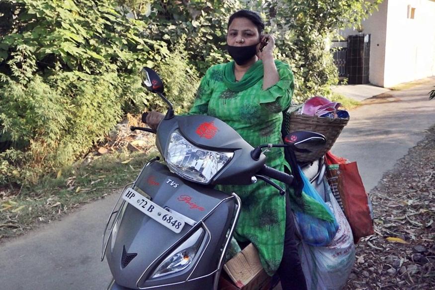सुनीता घर-घर जाकर सब्जियां बेच रही है.