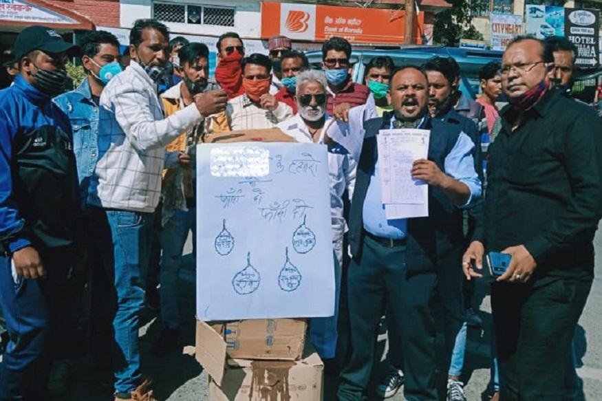 Nainital, protest of gangrape in hathras, बुधवार को नैनीताल के मल्लीताल में वाल्मीकि समाज के लोगों ने यूपी सरकार का पुतला फूंका और गैंगरेप के आरोपियों को फांसी देने की मांग की.