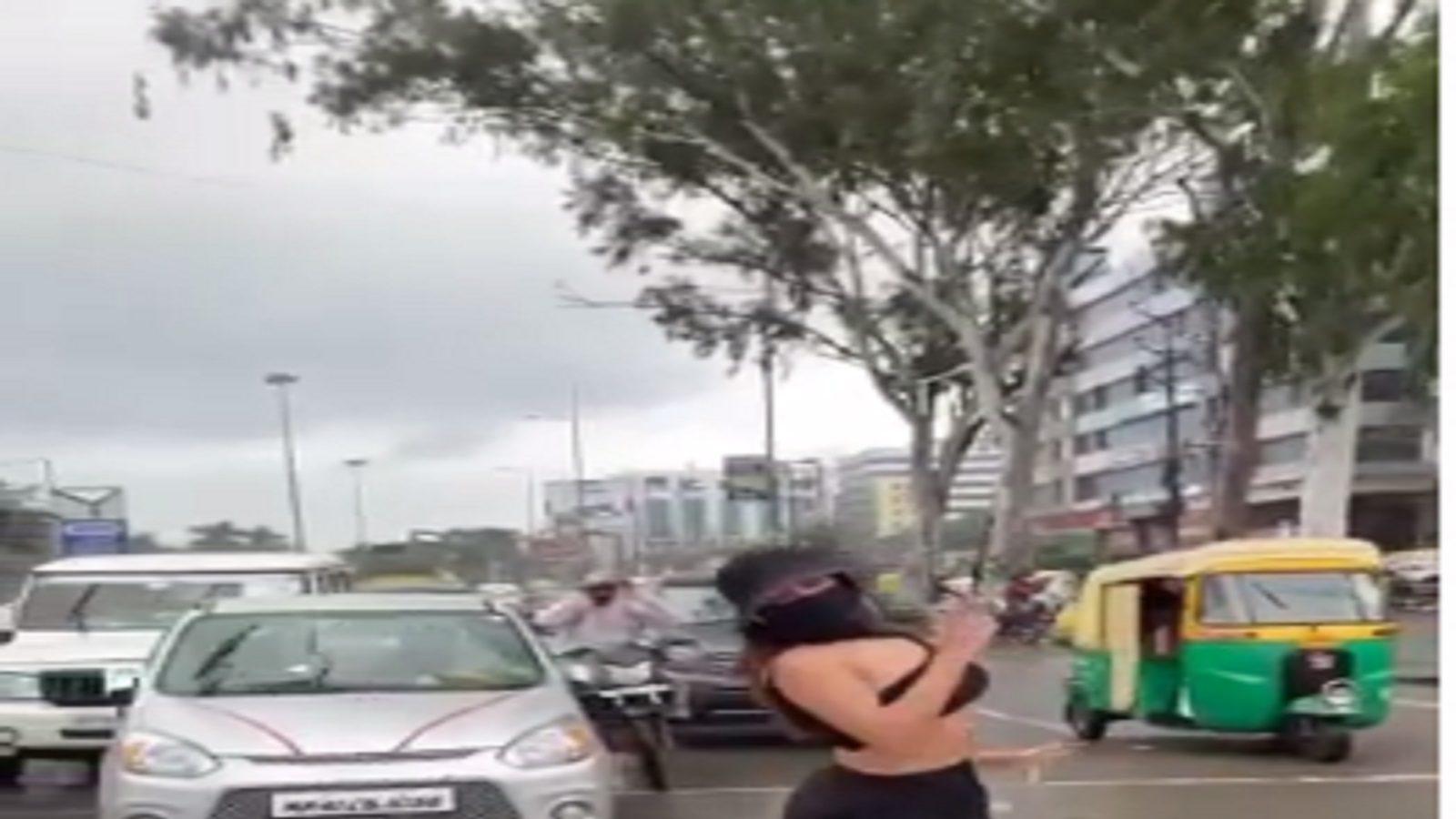 INDORE : रेड लाइट पर जब अचानक युवती करने लगी डांस, ट्रैफिक पुलिस बोली- ये तो हद हो गयी…