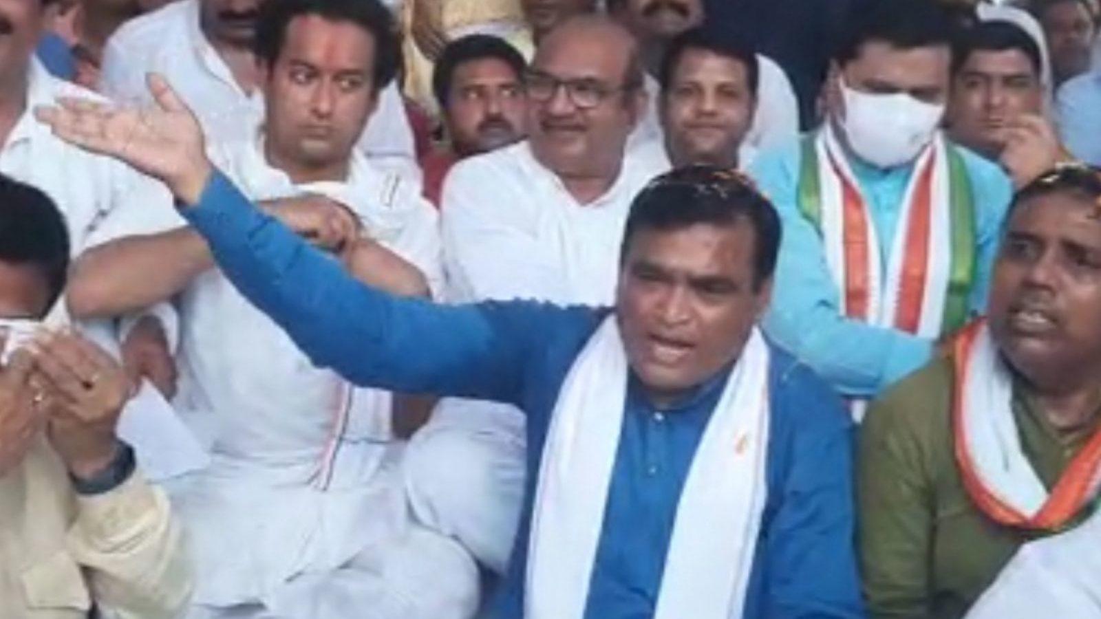Viral Video: हमारी सरकार आएगी तो हिसाब करगें, कांग्रेस के पूर्व मंत्री ने अफसरों से क्यों कही दुम हिलाने वाली बात