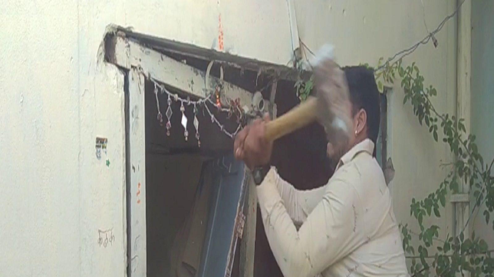 Anti Mafia Drive : 3 हिस्ट्रीशीटर के मकान ध्वस्त करने में लगी तीन थानों की पुलिस, घर से मिली नकली पिस्टल