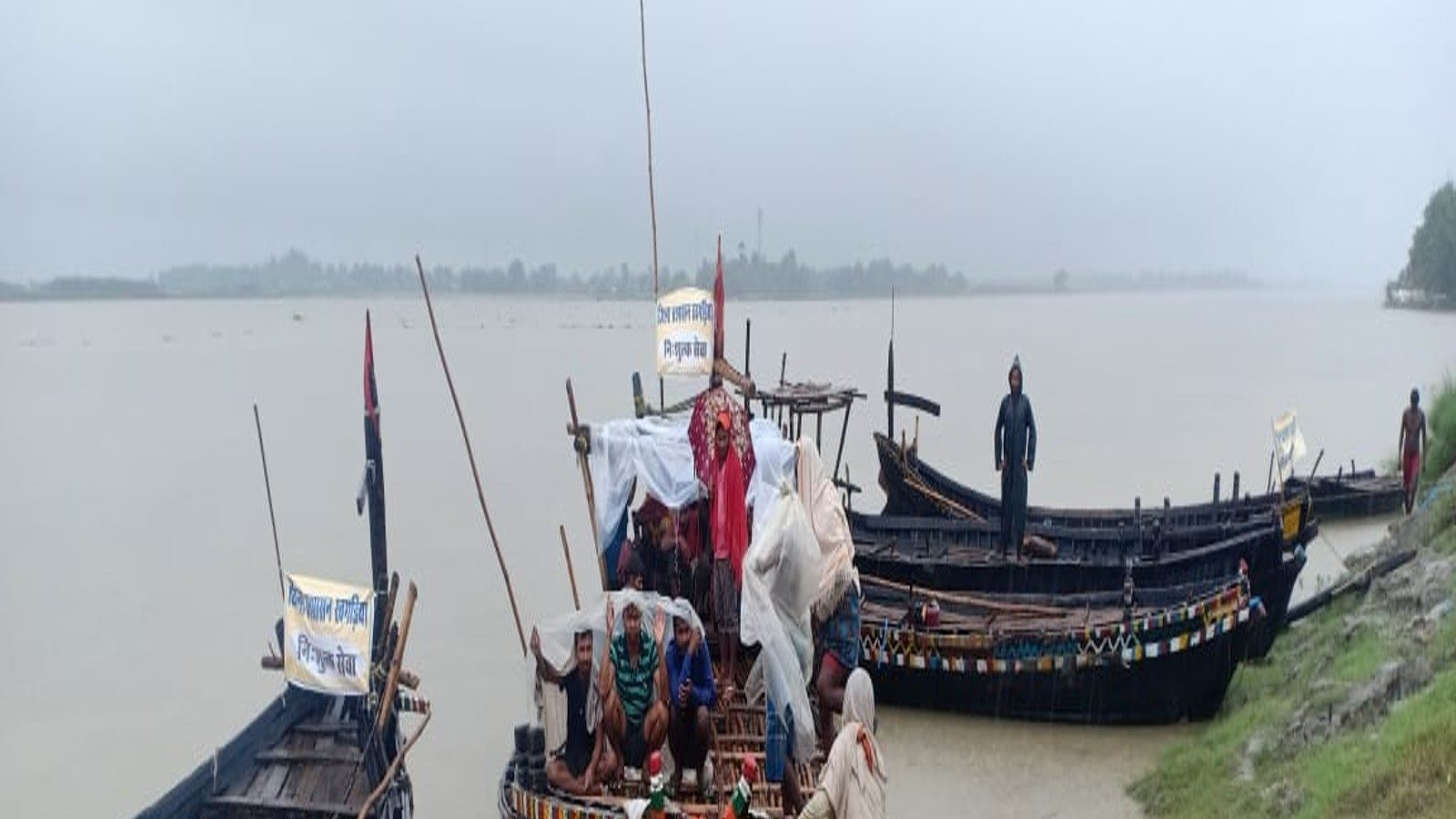 Bihar Panchayat Chunav: बारिश भी नहीं रोक पाई वोटरों का उत्साह, बोट से आकर किया मतदान