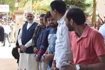 जब लाइन में लगकर पीएम मोदी ने डाला वोट