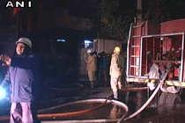 दिल्ली की फैक्टरी में भीषण आग, 27 दमकल की गाड़ियां मौके पर पहुंचीं