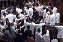 श्रीलंका की संसद में जमकर मचा बवाल, स्पीकर पर फेंकी किताबें और बोतल