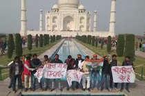 VIDEO: ताजमहल में उड़ी नियमों की धज्जियां, कांग्रेसियों ने लहराए