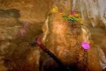 अंधेरी गुफा में चमगादड़ों का खतरा, एक नैचुरल कुंड और शिवलिंग!