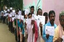 कहीं चुनाव का बहिष्कार, तो कहीं मतदान करके दिखाई जिम्मेदारी