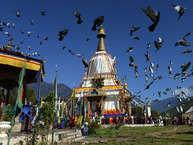 भूटान ऐसा देश है, जो बाहरी दुनिया के लिए अबूझ पहेली की तरह है. भूटान में विदेशियों को पहले घुसने तक नहीं दिया जाता था, पर अब भी सीमित पर्यटक ही भूटान जा पाते हैं. भूटान की सीमा तिब्बत से मिलती तो है, पर पूरी तरह से बंद है. यहां प्लास्टिक की थैलियों पर बैन है. आइए आपको बताते हैं भूटान के बारे में 25 खास जानकारियां जो बहुत कम लोग ही जानते हैं.