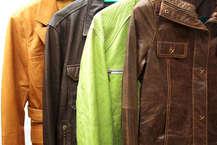 सर्दियों के इस मौसम में बाजार में चमड़े के ढेरों किस्म के जैकेट मिल जाएंगे, असली चमड़े की पहचान न कर पाने की वजह से ठगे जाने की संभावना भी रहती है। ऐसे में आप असली चमड़े की जैकेट कैसे खरीदें और ठगे न जाएं, इसके लिए चमड़े की पहचान के कई तरीके हैं। आइए चमड़े व अन्य सामानों की ऑनलाईन बिक्री करने वाली वेबसाइट 'वोगानाउ डॉट कॉम' के निदेशक अर्शबीर सिंह भाटिया से जानते हैं असली व नकली चमड़े की पहचान के तरीके। Photos- getty Images