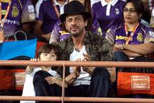शाहरुख खान के बेटे अबराम जब से पैदा हुए हैं सुपरस्टार बन गए हैं. वो पापा शाहरुख के साथ जहां जाते हैं छा जाते हैं. हाल ही में अबराम को शाहरुख खान के साथ राजकोट स्टेडियम में मैच देखते स्पॉट किया गया. अबराम वहां खूब मस्ती करते दिखे. (Image Source: Twitter)