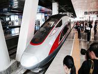 21 सितंबर से दुनिया में सबसे तेज स्पीड से चलने वाली बुलेट ट्रेन पटरी पर दौड़ने लगेगी. चीन रेलवे कॉरपोरेशन के मुताबिक इस ट्रेन के सफल ट्रायल के बाद इसे चलाया जाएगा. इस ट्रेन की न्यूनतम स्पीड 350 किमी प्रति घंटा और अधिकतम स्पीड 400 किमी प्रति घंटा होगी. ये ट्रेन 1,250 किमी की दूरी को 4.5 घंटे में तय करेगी. आइए जानते हैं कि दुनिया की सुपरफास्ट5 बुलेट ट्रेनों की स्पीड और खासियत के बारें में....(Photo source-Getty Images)