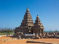 भारत में मंदिरों की दुनिया अद्भुत, सुंदर अौर बेहद अचरज भरी है. चाहे फिर मंदिर खजुराहों के हों या फिर एलोरा के. यदि आप दक्षिण भारत घूमने के लिए जा रहे हैं तो अाइए आपको बताते हैं 5 ऐसे मंदिरों के बारे में जहां आपको लाइफ में एक बार जरूर जाना चाहिए.