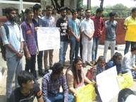 चंडीगढ़ में स्वतंत्रता दिवस समारोह में शामिल हो स्कूल से घर लौट रही 8वीं कक्षा की छात्रा से दुष्कर्म के मामले में सेक्टर-17 पुलिस स्टेशन के बाहर अखिल भारतीय विद्यार्थी परिषद के छात्रों ने प्रदर्शन किया. (Photos By: Chaman Lal)