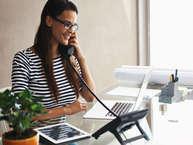 कामकाजी लोग ऑफिस में दिन का बड़ा हिस्सा बिताते हैं. शोध कहते हैं कि कामकाजी लोगों की डेस्क से ही उनकी पर्सनैलिटी के बारे में पता चल जाता है कि वे काम को लेकर कितने गंभीर है या निजी जिंदगी में कैसे हैं. अगर आपके या आपके किसी करीबी की डेस्क को गौर से देखें तो आपको भी कई क्लू मिल सकते हैं. जानें, डेस्क आपके बारे में क्या कहती है. (all images: getty)