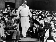 टेस्ट इतिहास के महानतम बल्लेबाज़ सर डॉन ब्रैडमैन ने आज ही के दिन एक टेस्ट सीरीज़ (5 मैच) में सबसे ज़्यादा 974 रनों का रिकॉर्ड बनाया था. 87 साल बाद भी ये रिकॉर्ड बरकरार है. (Getty Images)
