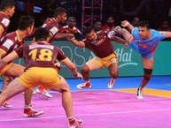 अपने घर में खेल रही प्रो कबड्डी लीग (पीकेएल) की नई टीम यूपी योद्धा को मंगलवार को बेहद रोचक मुकाबले में बंगाल वॉरियर्स के हाथों हार का सामना करना पड़ा है. बाबू बनारसी दास इनडोर स्टेडियम में खेले गए सीजन-5 के इस मैच में बंगाल ने यूपी को 32-31 से मात दी. (Pro Kabaddi League Website)