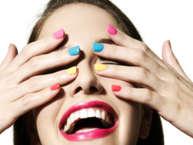महिलाएं अपनी ब्यूटी को लेकर कोई समझौता नहीं करतीं. चाहे बात स्किन की हो, बालों की या फिर नाखूनों की. आजकल के मौसम में लगाएं इन रंगो के नेलपेंट. (image: getty)