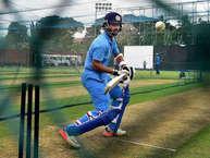 भारतीय क्रिकेट टीम की नराज़गी आखिर रंग लाई. खिलाड़ियों की शिकायत के बाद 'नाइकी' ने टीम इंडिया के लिए नई जर्सी श्रीलंका पहुंचवाईं. मंगलवार को पल्लेकल वनडे से पहले टीम इंडिया के सभी खिलाड़ी ट्रेनिंग सेशन के दौरान नाइकी की अपनी नई ट्रेनिंग किट में नज़र आए. (PHOTO: PTI)