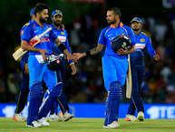 श्रीलंका की सरज़मीं पर सबसे बड़ी साझेदारी: शिखर धवन ने दूसरे विकेट के लिए कप्तान विराट कोहली के साथ 197 रनों की साझेदारी की. वनडे इतिहास में श्रीलंकाई सरज़मीं पर दूसरे विकेट के लिए यह सबसे बड़ी साझेदारी है. इससे पहले साल 2009 में कोलंबो वनडे में गौतम गंभीर और एमएस धोनी के बीच 188 रनों की साझेदारी हुई थी. वहीं साल 2013 में पल्लेकल वनडे में तिलकरत्ने दिलशान और कुमार संगकारा ने दूसरे विकेट के लिए 184 रन जोड़े थे. (Getty Images)