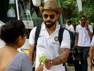 भारतीय टीम श्रीलंका के खिलाफ 5 मैचों की सीरीज का पहला वनडे खेलने के लिए दांबुला पहुंच चुकी है. भारतीय टीम का श्रीलंकाई अंदाज में ग्रैंड वेलकम किया गया. विराट कोहली मस्केटियर्स कैप लगाए हुए थे. जो उन्हें एक नया लुक दे रहा था. इस मोमेंट की फोटो बीसीसीआई ने अपने ऑफिशियल ट्विटर पर शेयर की हैं. दांबुला पहुंचने वालों में पूर्व कप्तान महेंद्र सिंह धोनी भी शामिल रहे. बता दें कि भारतीय टीम ने श्रीलंका को टेस्ट सीरीज के सभी मैचों में हराया था. सबसे रोचक बात ये है कि इसमें से दो ऐसे मैच रहे, जिसमें भारत ने पारी से मैच जीते. (twitter)