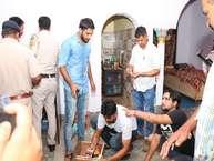 नशे के सौदागरों के खिलाफ कार्रवाई करने गई ऊना पुलिस की एसआईयू टीम पर ड्रग्स माफिया ने हमला कर दिया. गनीमत रही कि हमले में दो जवानों को मामूली चोटें ही आई. पुलिस टीम ने हमलावरों को काबू करके घर की तलाशी ली और भारी मात्रा में नशे की खेप बरामद की.