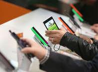 आप बिना बिजली के भी अपने स्मार्टफोन की बैटरी चार्ज कर सकते हैं. इसके लिए आपको कुछ चीजों की जरूरत होगी. यहां हम आपको कुछ आसान टिप्स बता रहे हैं, जिनके जरिए बिजली गुल होने पर भी आप अपने स्मार्टफोन को चार्ज कर पाएंगे.