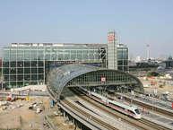 दुनिया के बेहतरीन रेलवे स्टेशन में यूरोप से लेकर अमेरिका के तक के रेलवे स्टेशन शामिल हैं. इन रेलवे स्टेशंस में भारत के भी एक रेलवे स्टेशन का नाम है. आगे देखें दुनिया के इन खूबसूरत स्टेशनों की तस्वीरें.