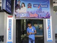 दिल्ली के मयूर विहार में रहने वाले अमित कुमार चौहान ने तीन बार एटीएम से दस हजार रुपए निकालने की कोशिश की. दो बार सॉरी की पर्ची बाहर आई पर तीसरी बार बैंक स्टेटमेंट में दस हजार की कटौती दिखाई गई, जबकि पैसे इस बार भी नहीं निकले. लेकिन उनकी समस्या तब और बढ़ गई जब बैंक ने जिम्मेदारी लेने से इनकार कर दिया और ट्रांजैक्शन को सफल बताया. ऐसी समस्या से अक्सर आम आदमी जूझता रहता है. पर सवाल उठता है पैसे वापस कैसे पाएं. इन सब बातों को ध्यान में रखकर और एक्सपर्ट्स से बात कर हम इस समस्या को सुलझने की कोशिश कर रहे हैं...पढ़ें अगली स्लाइड