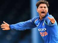 चाइनामैन स्पिनर कुलदीप यादव की हैट्रिक और कप्तान विराट कोहली की धमाकेदार पारी की बदौलत भारत ने ऑस्ट्रेलिया को दूसरे वनडे में 50 रन से हरा दिया. इसके साथ ही उसने पांच मैचों की सीरीज में 2-0 से बढ़त बना ली. कुलदीप भारत की तरफ से वनडे में हैट्रिक बनाने वाले तीसरे गेंदबाज बने. उनसे पहले चेतन शर्मा (1987) और कपिल देव (1991) ने वनडे में भारत की तरफ से हैट्रिक बनायी थी. कपिल ने भी इसी मैदान पर श्रीलंका के खिलाफ हैट्रिक बनाई थी. (Getty images & twitter)