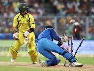 कोलकाता मैच में भारतीय टीम ने कम स्कोर बनाने के बाद भी ऑस्ट्रेलियाई टीम को 50 रनों से हरा दिया. इस मैच के दौरान कई ऐसे मोमेंट आए, जो यादगार बन गए. इस तस्वीर को ही देख लीजिए अपनी तेज तर्रार फील्डिंग से सभी को चौंकाने वाले मैक्सवेल खुद चहल की बॉल पर धोनी के हाथों स्टंप होने से खुद को नहीं बचा सके. वे सिर्फ 16 रन बनाकर आउट हुए. आइए देखते हैं ऐसी ही 4 अन्यतस्वीरें, जो अपने आप में रोचक हैं... (Getty images, BCCI & twitter)