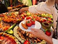 एक वक्त था जब लोग जमीन पर बैठकर खाते थे, धीरे-धीरे लोग टेबल और कुर्सी पर बैठकर खाने लगे, और बदलते वक्त के साथ खड़े होकर खाने की परंपरा शुरू हो गई. आजकल कहीं भी पार्टी हो लोग खड़े होकर ही खाना खाते हैं. क्या आप जानते हैं कि खड़े होकर खाने से कई नुकसान भी होते हैं. (Photo: Getty Images).