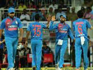 क्रिकेट एक ऐसा खेल है जहां हर दिन कई रिकॉर्ड टूटते और बनते हैं. साथ ही कई ऐसे रोमांचक पल भी आते हैं जो कि हमेशा के लिए यादगार बन जाते हैं. आइए आपको बताते हैं क्रिकेट के कई ऐसे ही अजीब इत्तेफाकों और रिकॉर्ड्स के बारे में.