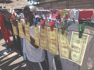 आपने कभी ऐसे देश के बारे में सुना है,जहां लोग बैग में नोट भरकर सब्जी खरीदने जाते हों?शायद ही, आपने यह सुना होगा. लेकिन जिम्बाब्वे में ऐसा होता था. इस देश में सड़कों पर लोग ट्रॉली में पैसे भरकर शॉपिंग करते थे. जिम्बाब्वे में37साल तक सत्ता अपनी मजबूत पकड़ रखने वाले राष्ट्रपति रॉबर्ट मुगाबे सिर्फ 37 घंटे में सत्ता से दूर हो गए और उन्हें इस्तीफा देना पड़ा. हम आपको उनके शासन काल में किस तरह से लोग महंगाई से परेशान थे, इसके बार में बता रहे है.