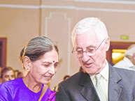 हाल ही में विराट कोहली और अनुष्का शर्मा की शादी ने खूब सुर्खियां बटोरी. लेकिन हम यहां आपको ऐसे क्रिकेटर्ससे मिलवा रहे हैं जो भारत के दामाद हैं. इंग्लैंड के सफल कप्तान माने जाने वाले माइक ब्रेयरली की पत्नी माना साराभाई हैं जो कि गुजरात से संबंध रखती हैं. इन दोनों की 1976 में मुलाकात हुई और माइक ने करीब चार साल अपनी पत्नी को इम्प्रेस करने के लिए मशहूर कवि सरूप ध्रुव से गुजराती सीखी थी. आइये जानते हैं अन्य क्रिकेटर्स की कहानी...