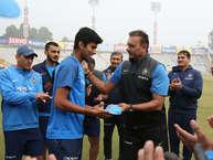 भारत और श्रीलंका के बीच मोहाली में तीन वनडे मैचों की सीरीज़ का दूसरा मैच खेला जा रहा है जो कि 18 वर्षीय आॅलराउंडर वॉशिंगटन सुंदर का डेब्यू मैच है. पिछले दो साल में तमिलनाडु के इस युवा स्पिनर का जीवन एकदम बदल गया है. आइये जानते हैं उनके बारे में ख़ास बातें...