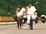 आज के दौर में लोगों के दिमाग में योग का पर्याय बन चुके बाबा रामदेव अब ऑनलाइन मार्केट में उतरने जा रहे हैं. रामदेव को केंद्र सरकार की ओर से Z प्लस सिक्युरिटी भी मिली हुई है लेकिन क्या आपको पता है एक समय ऐसा भी था जब योगगुरू रामदेव साइकल पर जड़ी-बूटी बेचा करते थे.
