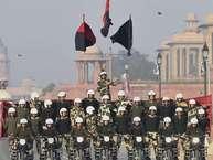 मंगलवार को नई दिल्ली में गणतंत्र दिवस परेड के रिहर्सल के दौरान मोटरसाइकिल पर सीमा सुरक्षा बल की महिला डेयरडेविल्स का प्रदर्शन. <strong>(image credit: PTI)</strong>
