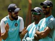 अपने बेहतरीन खेल प्रतिभा और ग्लैमरस अंदाज़ से सुर्खियां बटोरते भारतीय क्रिकेट कप्तान की कुछ नायाब तस्वीरें खेल के मैदान में कैप्चर हुई हैं.पहलीतस्वीर दक्षिण अफ्रीका के सेंचुरियन पार्क की है जहां टीम सदस्यों के साथ प्रैक्टिस करते वक्त विराट कोहली हंसी मज़ाक करते नज़र आए. <strong>(image credit: AP)</strong>