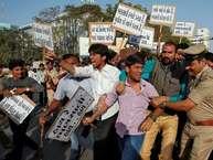 फिल्म 'पद्मावत' के गुरुवार को रिलीज़ होने से पहले देश के अलग-अलग हिस्सों में इसका विरोध हो रहा है. <strong>(image credit: Reuters)</strong>