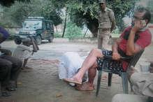 VIRAL PHOTO: बुजुर्ग फरियादी पैरों में लोटा रहा और दरोगाजी मोबाइल पर बिजी