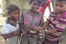 VIDEO: कोबरा से खिलौनों की तरह खेलते हैं ये बच्चे