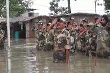 बाढ़ भी नहीं झुका पाई जवानों का जज्बा, कमर तक डूबकर मनाया 15 अगस्त