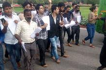 गोरखपुर में बच्चों की मौत के विरोध में मुंह पर टेप बांधकर नंगे पैर प्रदर्शन
