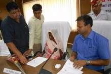 फर्रुखाबाद: अंगूठा लगाकर जिला पंचायत अध्यक्ष ने सम्भाली कुर्सी
